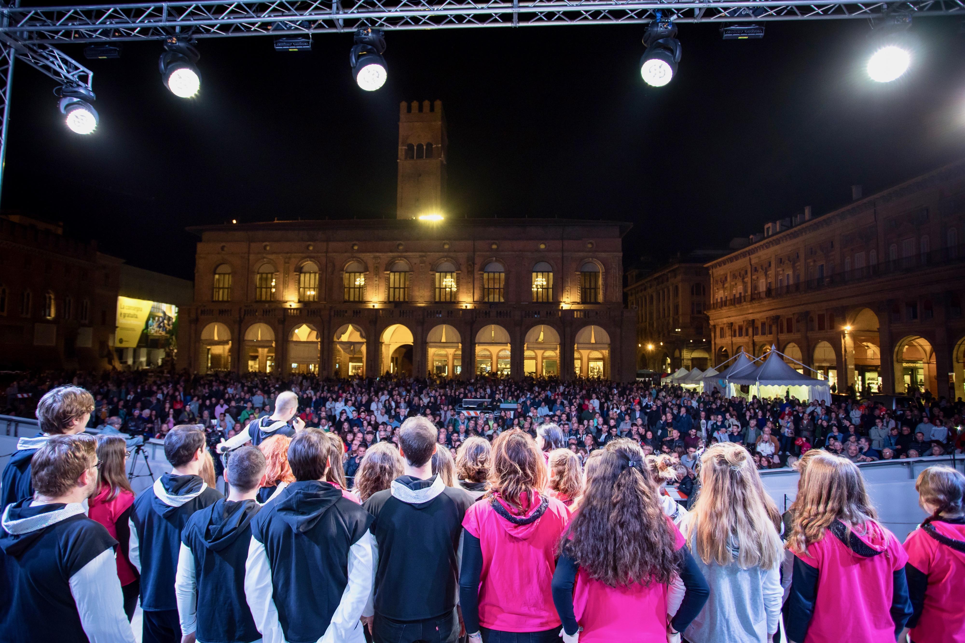 Spettacolo musicale del coro Le Verdi Note dell'Antoniano in Piazza Maggiore, Bologna